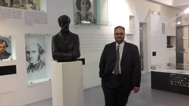 Il direttore della Domus di fronte al busto di Mazzini