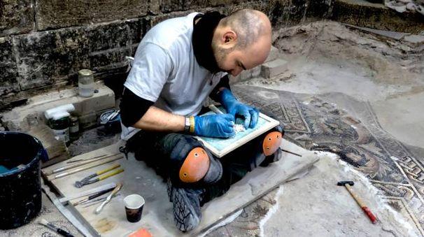 Uno dei restauratori della Piacenti spa impegnato nel ricomporre i mosaici del pavimento