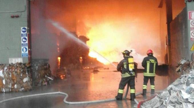 Incendio in cartiera a Cologno Monzese (Spf)