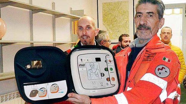 L'ambulanza e il defibrillatore (Foto Borghesi)