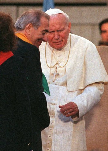Insieme a Papa Giovanni Paolo II (Ansa)