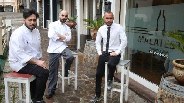 CUCINA I giovani soci del ristorante Malatesta a ridosso del cantiere