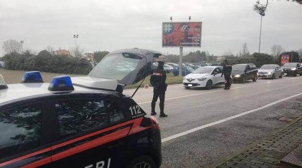 I carabinieri hanno ritrovato alcuni capi d'abbigliamento nel bagagliaio dell'auto del giovane corriere