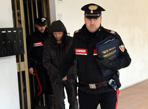 L'uomo viene portato via dai carabinieri (Foto Crocchioni)