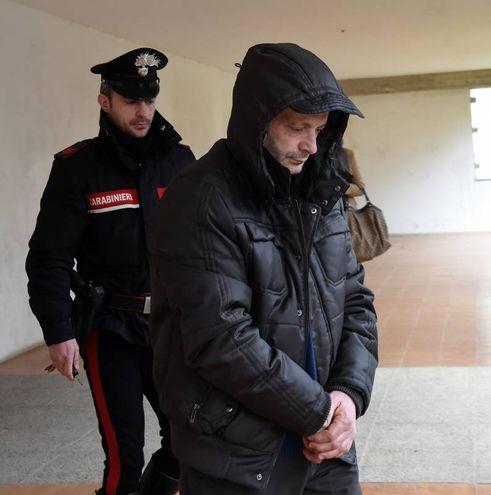 L'uomo viene portato in caserma (Foto Crocchioni)