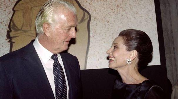 Hubert de Givenchy e Audrey Hepburn nel 1991 (Afp)