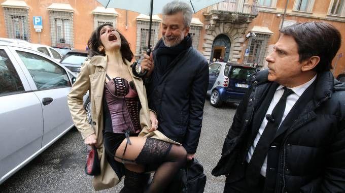 Direzione Pd, Cesare Damiano con i sosia di Matteo e Agnese Renzi (Imagoeconomica)