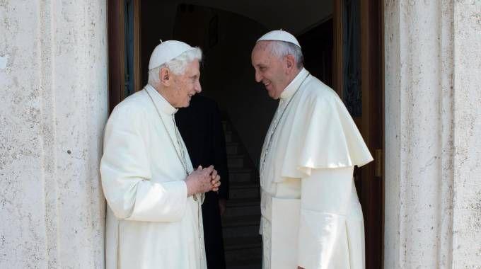 Giugno 2015, Papa Francesco nella residenza di Benedetto XVI (Ansa)