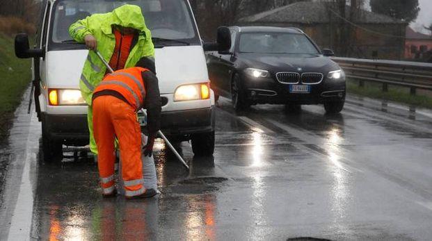 Operai al lavoro per sistemare le strade