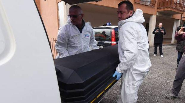 Il corpo di Ofelia Tiburzi viene portato via dal luogo del delitto (foto Crocchioni)