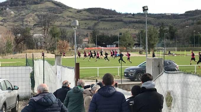 I tifosi bianconeri hanno assistito alla seduta sbirciando da fuori