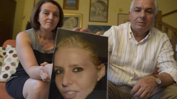 DOLORE In alto, Rosario Costanza con la moglie e la foto della figlia; a destra, Giosuè Ruotolo; a sinistra, Teresa