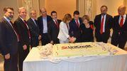 Il taglio della torta preparata per l'inaugurazione della nuova modernissima sede Unicredit (foto Artioli)