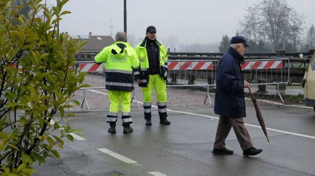 La protezione civile al lavoro sui ponti per monitorare il livello del fiume