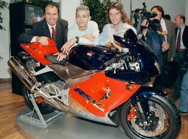 Ivano  Beggio, presidente dell'Aprilia, Valentino Rossi e Loris Capirossi posano vicino alla Aprilia RED1000, presentata il 16 settembre 1997 (Ansa)