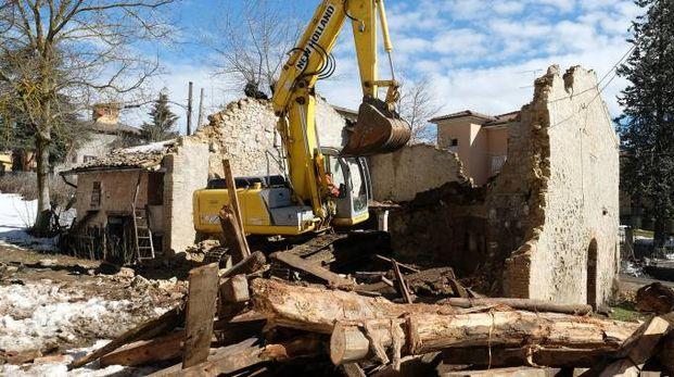Sono in corso le operazioni di demolizione del vecchio fienile in via Marconi