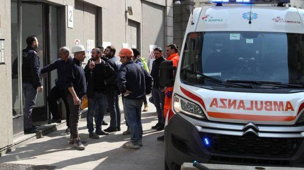 I soccorsi e i colleghi dell'operaio in via Agnello (Newpress)