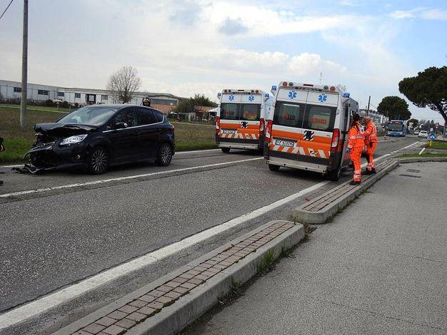 Sul posto due ambulanze e l'auto medicalizzata (Scardovi)