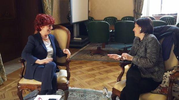 Il ministro Valeria Fedeli incontra la prof Lorella Carimali (Foto Twitter)