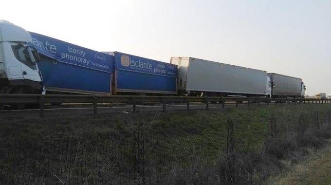 Il tamponamento fra i tre camion