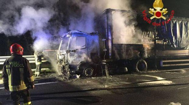 Camion a fuoco sulla Tangenziale Ovest di Milano