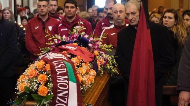La bara era coperta dai fiori del Monzone, la squadra che Fabrizio allenava