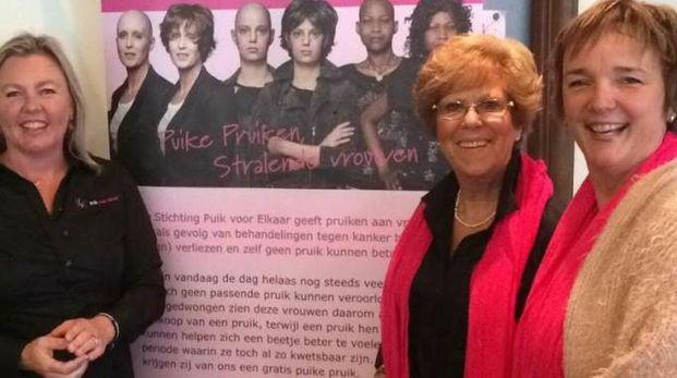 Lilian Van Maanen con altre donne che raccolgono fondi per comprare parrucche alle donne malate di tumore