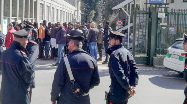 Tensione tra i profughi per la chiusura dei centri di accoglienza