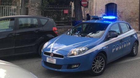 La Mercedes dei rapinatori bloccata sulla Statale 16