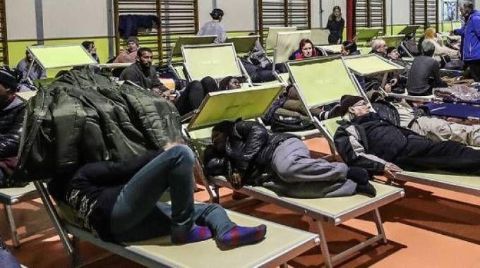 Gli sfollati trascorrono la notte in palestra (fotoPrint)