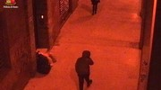 Il rapinatore punta la borsa della vittima