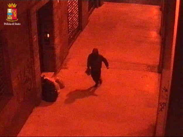 Il rapinatore scappa con la borsa della vittima