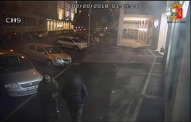 Il rapinatore ripreso in volto da una telecamera di videosorveglianza