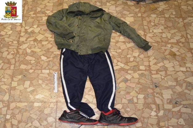 Gli indumenti usati per la rapina trovati nell'abitazione di Sakhi