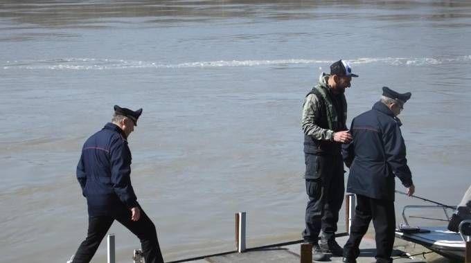 Soccorritori e carabinieri al lido Po