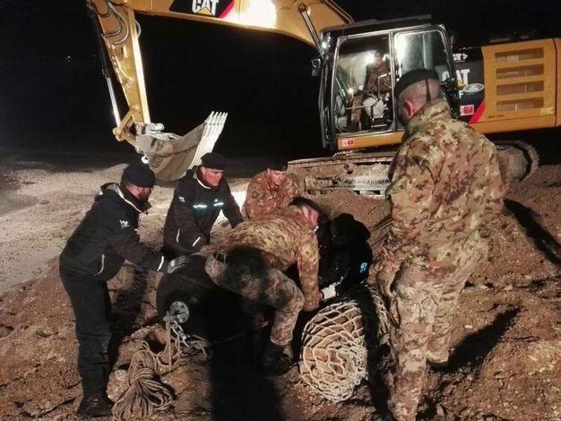 Esercito e Marina militare al lavoro sulla sabbia