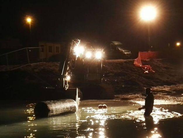 Gli artificieri dell'Esercito e gli uomini della Marina Militare trasportano la bomba in acqua