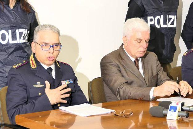 Un momento della conferenza stampa in questura col capo della Mobile Pinto e il questore Capocasa (foto Emma)