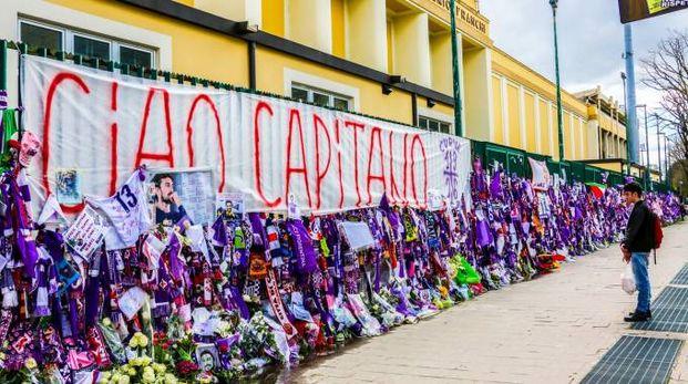 """Uno scorcio del """"muro"""" di omaggi per Davide Astori (Germogli)"""