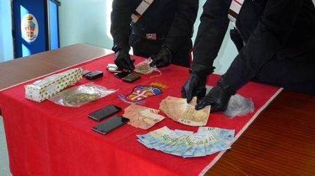 I carabinieri mostrano quanto sequestrato