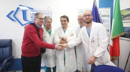 Ennio Carassai, 71 anni, con l'equipe che lo ha riportato a nuova vita (foto Antic)