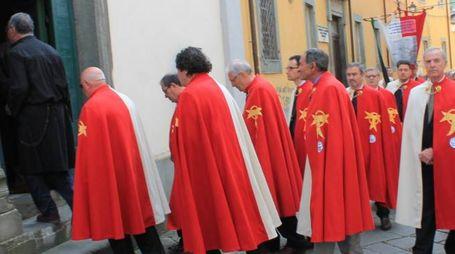 I Cavalieri del Tau mentre entrano in una chiesa nel centro storico di Pontremoli (foto di repertorio)