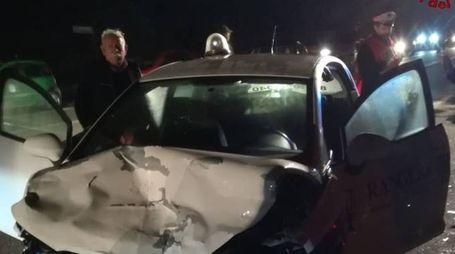 Una delle auto coinvolte nell'incidente (foto vigili del fuoco)
