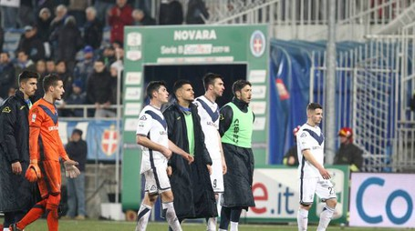 La delusione del Brescia al termine della partita col Novara (Lapresse)