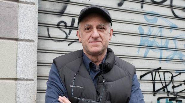 Giancarlo Roncalli davanti al laboratorio chiuso (NewPress)
