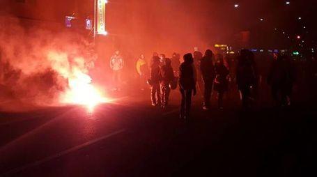 Fumogeni a una manifestazione di antagonisti  (foto d'archivio)