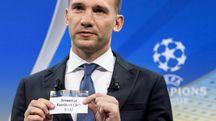 Sorteggi di Champions, Shevchenko estrae dall'urna la Juventus (Ansa)