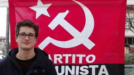 Marco Bondielli con la bandiera del Pc