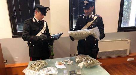 I militari con la droga sequestrata
