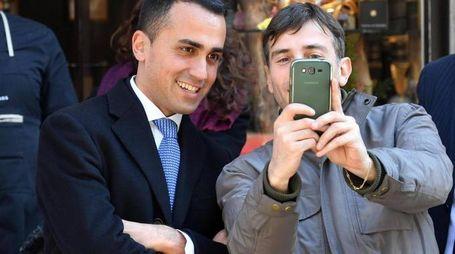 Il candidato premier del M5s Luigi Di Maio, posa per una foto con un simpatizzante (Ansa)